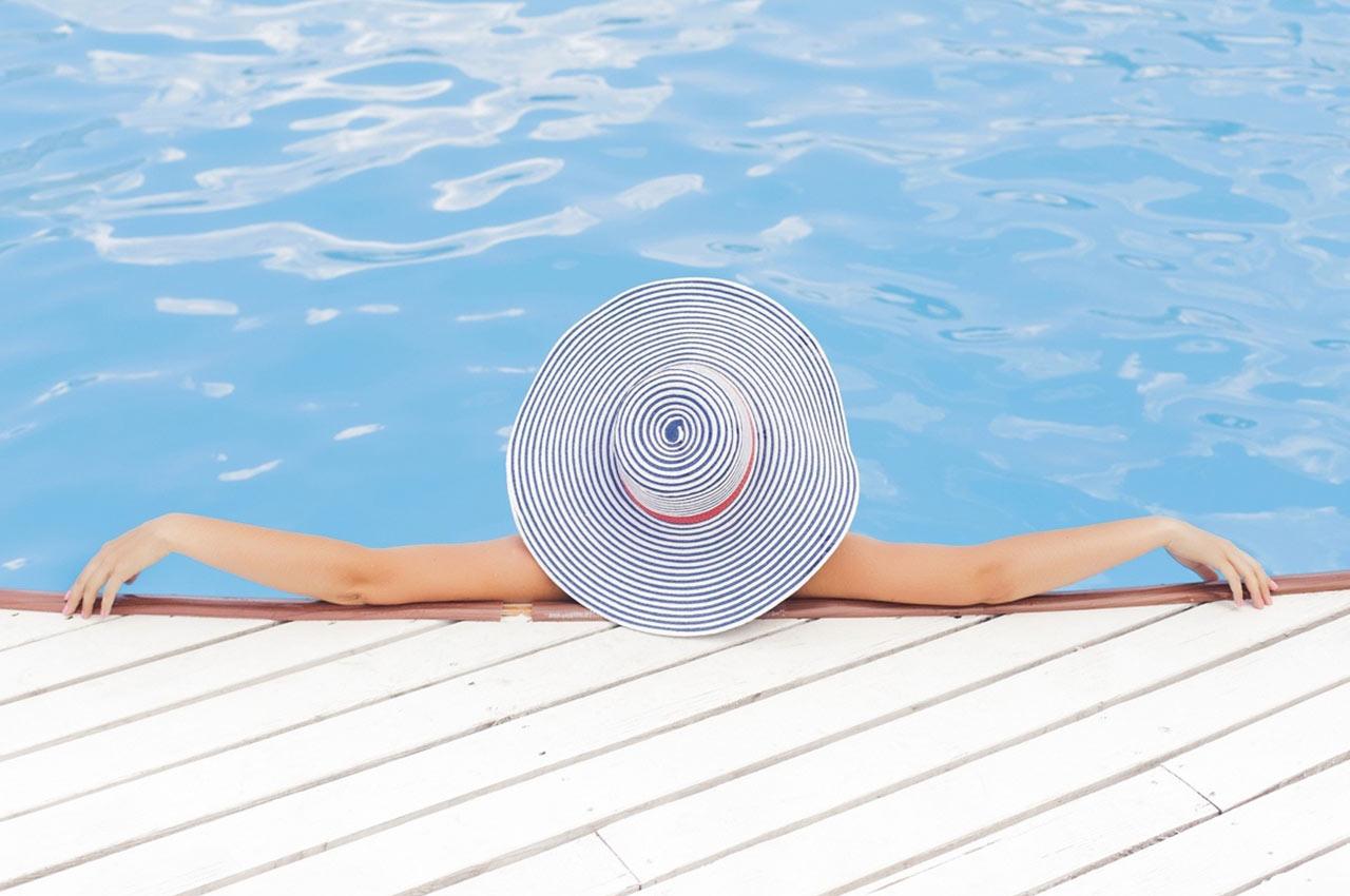 Relájate en la piscina del camping con toboganes